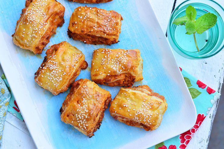 Húsos, sajtos, szezámmagos, gyorsan elkészül, és remek uzsonna vagy vendégváró.