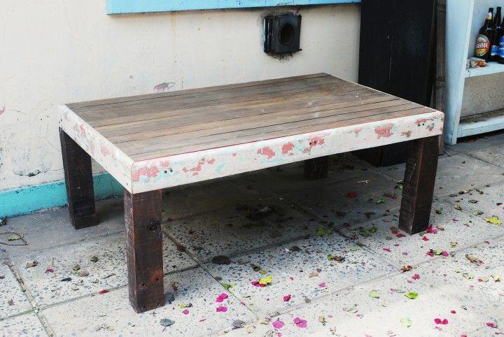 Mesa ratona hecha con maderas recicladas. La mesada esta hecha con un machimbre de pinotea, la estructura es un zocalo reciclado que tiene varias capas de colores que se fueron desgastando a lo largo del tiempo, y las patas son listones de quebracho. Medidas: 1,30 x 0,80 x 0,50