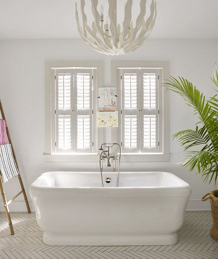 White bathroom with white chandelier | How to clean more efficiently.