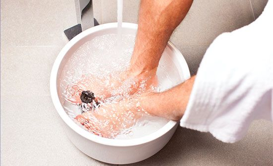SWOLLEN FEET RELIEF -  Epsom salt's ability to reduce swelling and increase circulation makes it an ideal treatment for a number of foot-related issues. Swollen feet can all be improved in just 15 minutes with a warm Epsom salt foot soak.