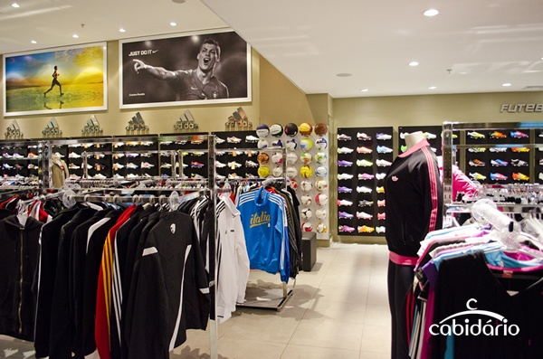 Loja de artigos esportivos. Mobiliário, decoração e iluminação realizados pela Cabidário