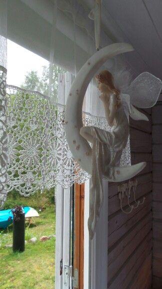 Älvan tittar ut genom fönstret i sovrummet.