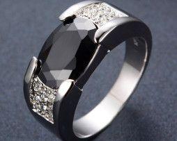 Luxusný prsteň zo zliatiny bieleho zlata s čiernym zafírom