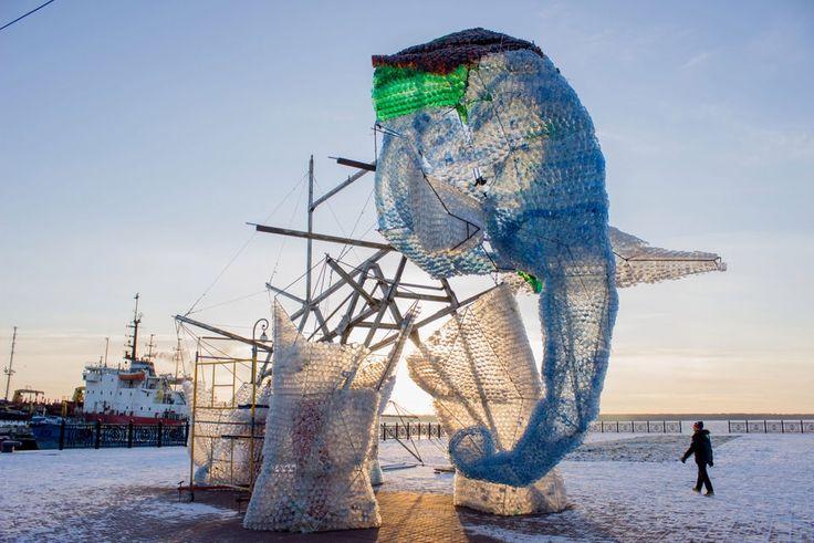 В Архангельске завершилось сооружение гигантского слона из пластиковых бутылок