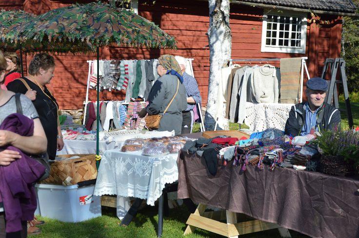 Syysmarkkinoilla paistaa aina aurinko ja on muutenkin lämminhenkinen tunnelma. Luuppi, Oulu (Finland)