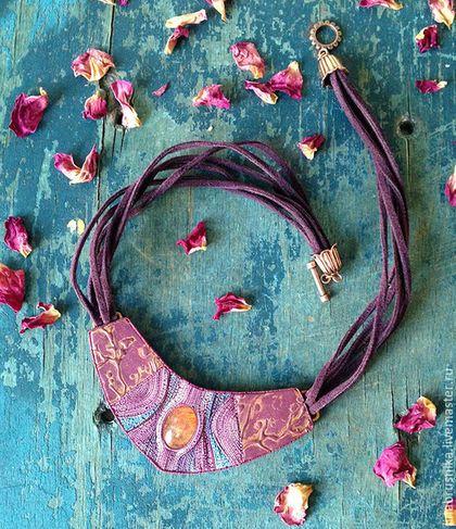Купить или заказать колье 'Январский рассвет' в интернет-магазине на Ярмарке Мастеров. Очаровательное колье о холодных, но таких трогательных январских рассветах. В это время тонкие ветви деревьев и мерцающий снег окрашиваются в сиренево-розовые тона, а сквозь морозную дымку проглядывает румяное заспанное солнце. Колье некрупное, аккуратно смотрится на шее. Можно прятать шнуры под воротничок рубашки.