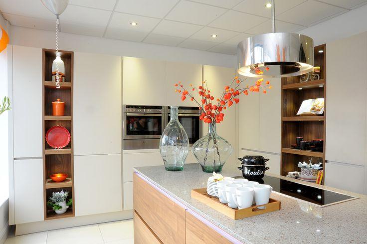 Дизайн кухни площадью 6 кв. м с холодильником: как оптимизировать пространство и 70 функциональных идей http://happymodern.ru/dizajn-kuxni-6-metrov-s-xolodilnikom-foto/ Встроенная бытовая техника призвана максимально облегчить домашний труд хозяйки на кухне, а еще такая техника поможет значительно сохранить пространство небольшой кухни