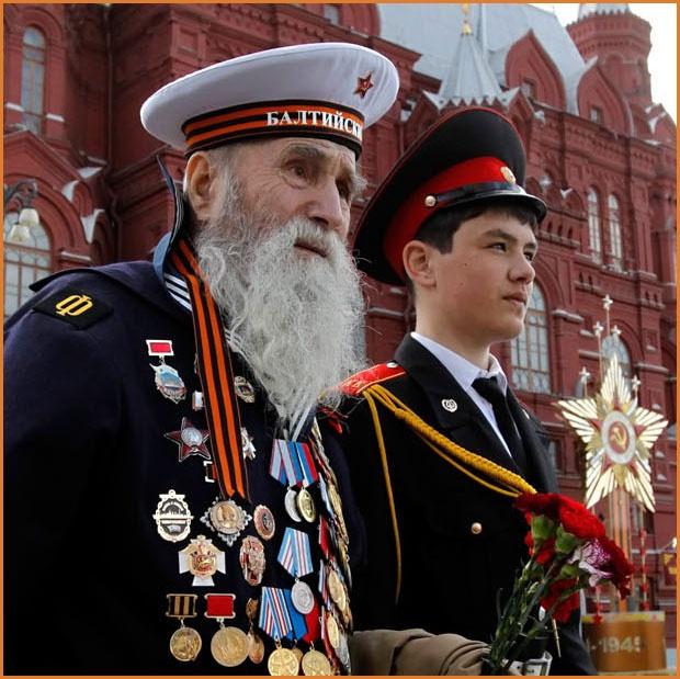 Ветеран Балтийского русского флота в сопровождении кадета, на красной площади Москвы 9 мая.