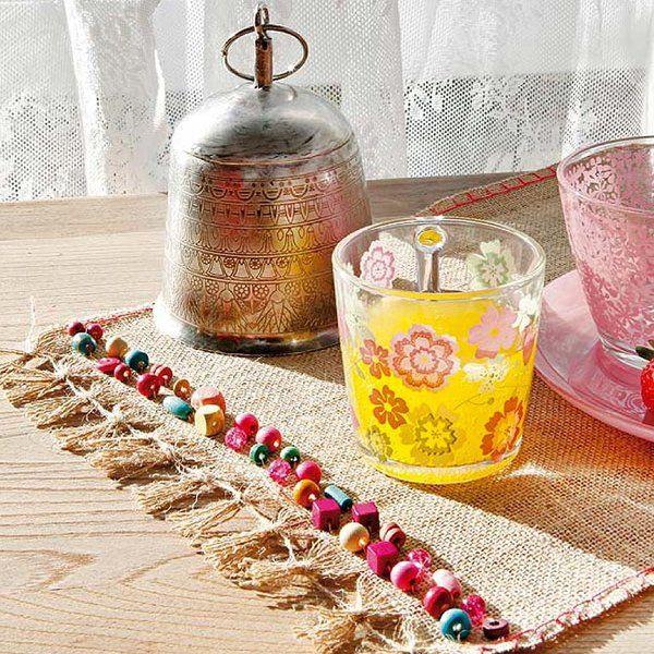 Con tela de arpillera y cuentas de colores, confecciona uno o varios manteles individuales y estrénalos en tu próxima reunión familiar. ¡Verás qué éxito!