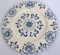 O sousplat, nome de origem francesa, significa suporte de prato. É um utensílio doméstico usado à mesa nas refeições, que contribui para a valorização da louça e com a decoração do ambiente. R$ 90,00