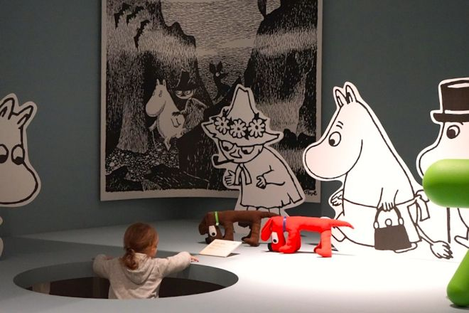 Meeting the Moomins at the Helsinki Design Museum. There are loads of other fun ideas for activities for kids in Helsinki on our website right now: http://www.suitcasesandstrollers.com/interviews/view/finland-with-kids-helsinki-insider?l=all #GoogleUs #suitcasesandstrollers #travel #travelwithkids #familytravel #familytraveltips #traveltips #Finland #Helsinki #thisishelsinki #Moomin #meetingthelocals #popup #downtherabbithole #hello @littletravellerthings