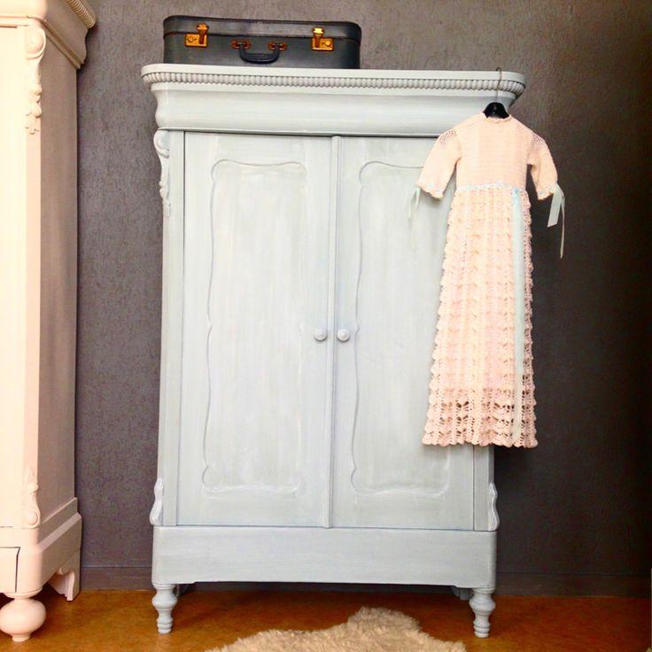 """Antieke Biedermeier linnenkast afgewerkt in de kleur """"Mineral grey"""" en daarna geheel met witte was afgewerkt. De kast bevat mooie consoles, eierrand en bolpoten. De binnenzijde is ook deels geverfd. De kast bevat een weetal sokkenlades aan de binnenzijde. De kast is geheel demontabel en zou dus naar een bovenverdieping vervoerd kunnen worden. De kleur komt het beste tot haar recht op de eerste foto, er zit een lichtblauwtje in.  Afmetingen:  168cm hoog  115cm breed 40cm diep Bezorgkosten…"""