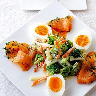 Russischer Salat mit Ei und Lachs