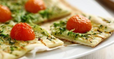 Schiacciata al pesto zucchine e pomodorini