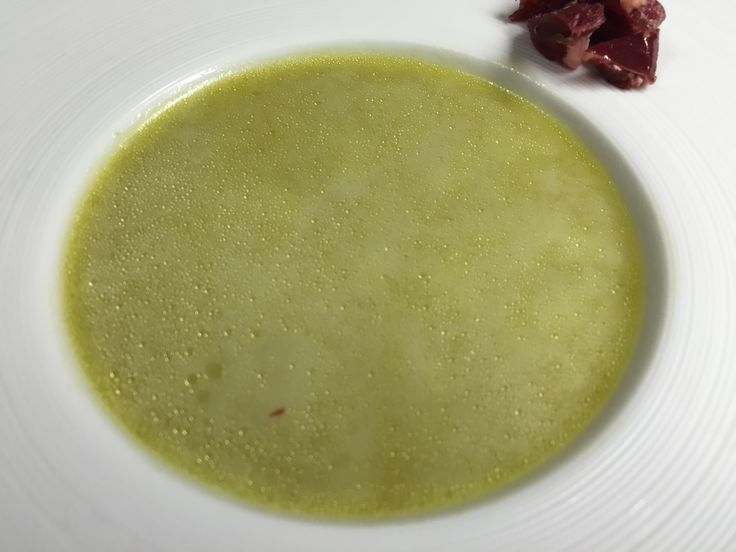 Crema de guisantes. -  1 kg Vainas de guisantes 1.5 litros Agua 1 Cebolla 2 Zanahorias 1 rama Apio 1 puerro  Aceite de Oliva Virgen Extra