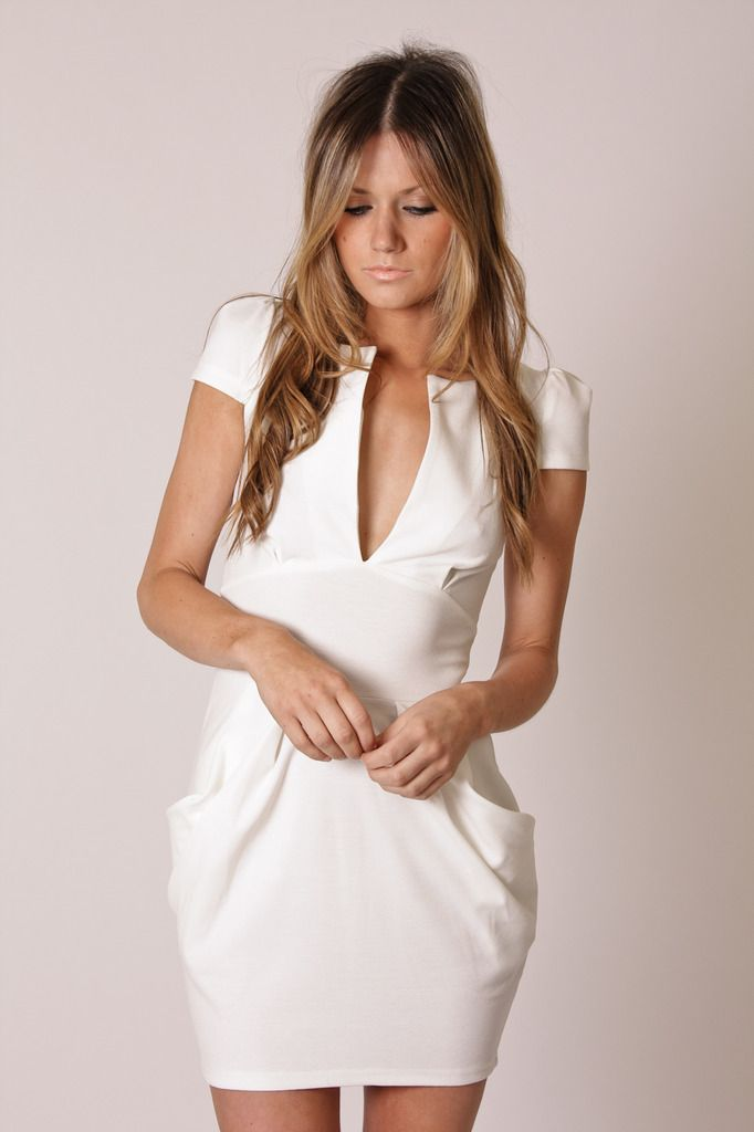 Robe blanche décolleté