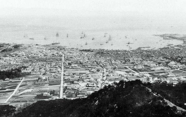1889年(明治22年)頃、錨山から撮影の神戸市街。左下はトアロード沿い ...