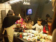 문래예술공방  서울시 마을예술창작소 조성사업으로 선정되어 주민 누구나 배우고, 가르치며 운영하는 공방으로 이웃 간 재봉틀 기술 노하우도 공유하고 손바느질로 만드는 핸드백, 손글씨, 지우개 스탬프 만들기 등을 배우고 서로 가르치며 동네사람 사는 이야기를 함께 나누는 공간이다.