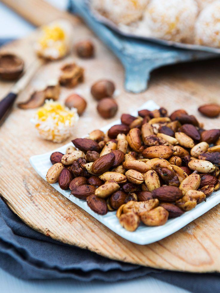Nötter är både gott och nyttigt. Rosta dem i ugnen hemma och krydda med salt, kanel och cayennepeppar.