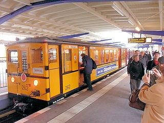 Am 21.10.2012 haben Sie die Möglichkeit mit dem historischen AI 3-Wagenzug von Warschauer Straße nach Bahnhof Deutsche Oper zu fahren. #Berlin