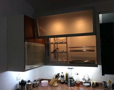 Muebles de cocina aéreos con sistema de apertura Avento HF Blum, sistema de blanca inferior, platillero cromado, vinera, puertas en aluminio, vidrio y acabado marrón claro hight gloss. #muebles #mueblesBogota #mueblesAlamedida #mueblesDEdiseño #personalizaTUmueble #mueblespersonalizados #creaTUmueble #imaginaTUmueble #diseñaTUmueble #ideasdediseño #decoración #reformas #mueblesdecocina #cocinasBogota #cocinasintegrales