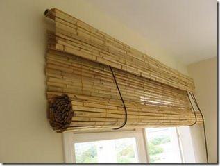 O bambu é o material dessa cortina rolô                                                                                                                                                      Más