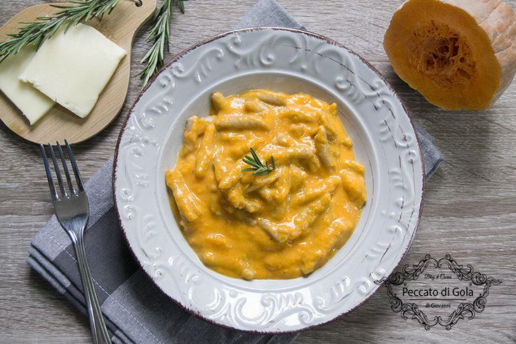 Questa pasta con crema di zucca è un primo piatto molto semplice ma ugualmente gustoso, grazie all'irresistibile crema di formaggio che esalterà la zucca!