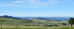 [Ardèche] Médille - Tence Dernière étape, du gîte de Médille, nous regagnons Tence. L'étape est longue et celle de la veille était difficile mais quels beaux paysages tout le long du parcours ! Nous passons au lac de Saint Front, nous achetons de quoi nous restaurer à Fay-sur-Lignon, nous refaisons le plein d'eau à la source du hameau de Montvert.
