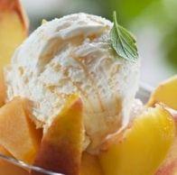 Escorre-se os pêssegos e reserva-se a calda. Reduz-se a fruta a puré. Congela-se este puré até ficas pastoso. Bate-se as claras em castelo. Junta-se a pasta de pêssego e o adoçante às claras