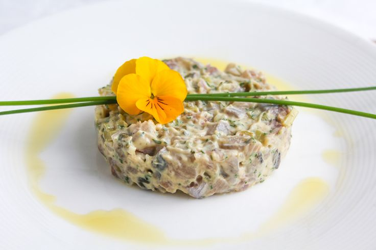 Dit is een makkelijk recept voor haring tartaar: een verrukkelijk en bijzonder voor- of tussengerecht. Heerlijk Hollands met een twist.