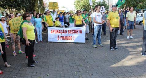 Usando bandeiras e camisetas verde e amarela, os manifestantes protestaram contra o governo federal...