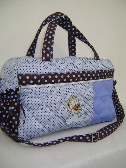 Bolsa Maternidade: Ideal para levar para a maternidade, cabe tudo o que você precisa para os primeiros dias do seu bebê. Logo que puder viajar, essa bolsa será essencial para levar tudo que você precisa para a comodidade do bebê.  BOLSA MATERNIDADE G COM ALÇA AJUSTÁVEL E BOLSOS LATERAIS  Tecido tricoline estampado  forrado com manta acrílica e tecido 100% algodão  Bolso grande externo com bordado em patchcolagem à mão 2 bolsos laterais  5 repartições internas contém compartimento para…