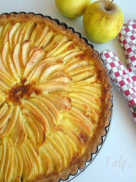 CROSTATA ALSAZIANA DI MELE- Nel guscio di #frolla tante #mele e una crema morbida alla #panna. Buona e bella da vedere!