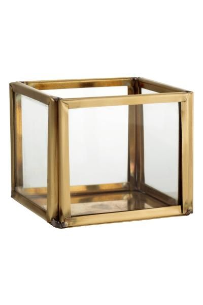 Clear glass tealight holder: Small tealight holder in clear glass with a metal frame and base. Size 5x6x6 cm.