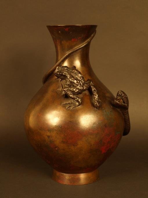 Vase Japonais à décor de grenouille et de serpent, 19ème siècle. www.cristinaortega.com