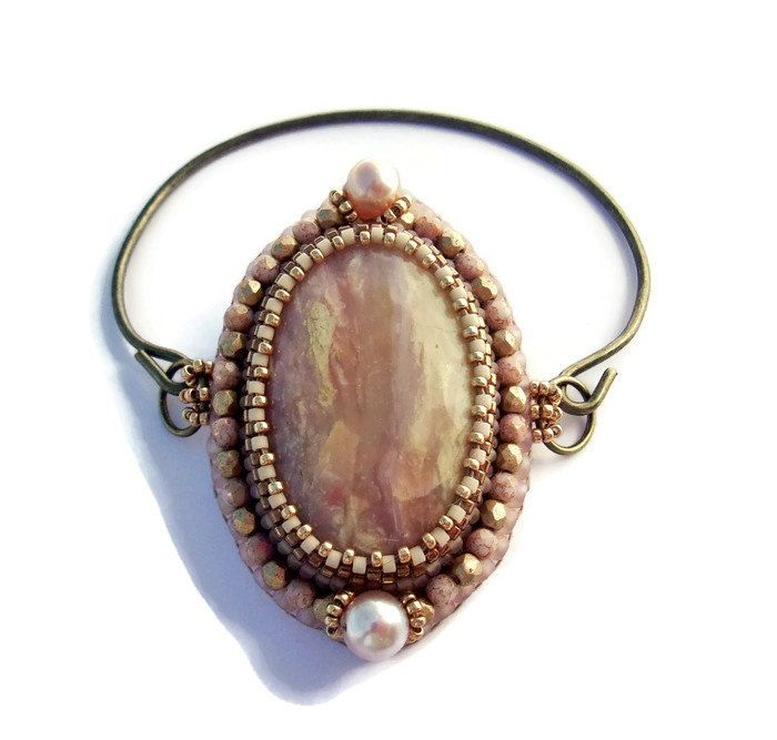 Bracelet Jonc Opale Rose Brodé, Bracelet Rose doré et Bronze, Pour elle de la boutique BoutonetChiffon sur Etsy