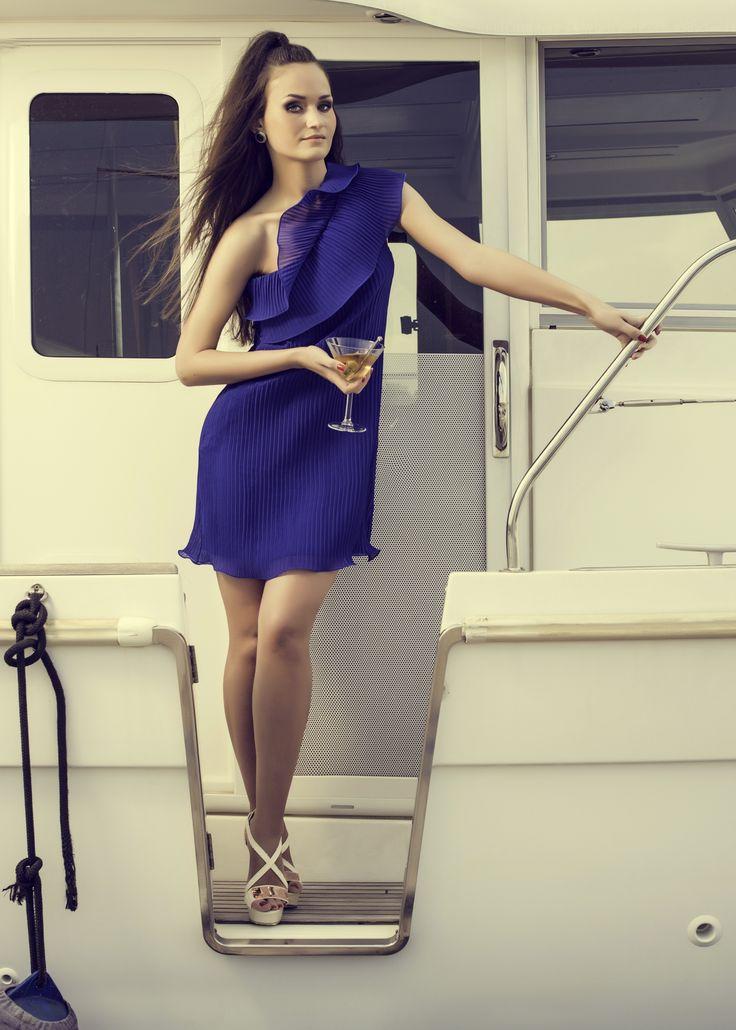 Nu e nimic mai fabulous ca o rochie de un albastru electrizant ce iti dezvaluie senzual un umar.