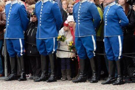 ملك السويد أصبح عمره ٦٨ سنة و قد أمضى أكثر من ٤٠ سنة ملكاً للسويد إلا أن صلاحياته نزعت بعد سنتين من حكمه..