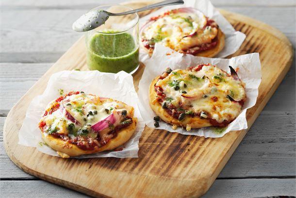 Savulohipizzassa on suomalaista makua. Valmista vaihteeksi yhden ison pizzan sijaan pienempiä pikkupizzoja, jokaiselle ruokailijalle oma. http://www.valio.fi/reseptit/savulohipizza/ #resepti #ruoka