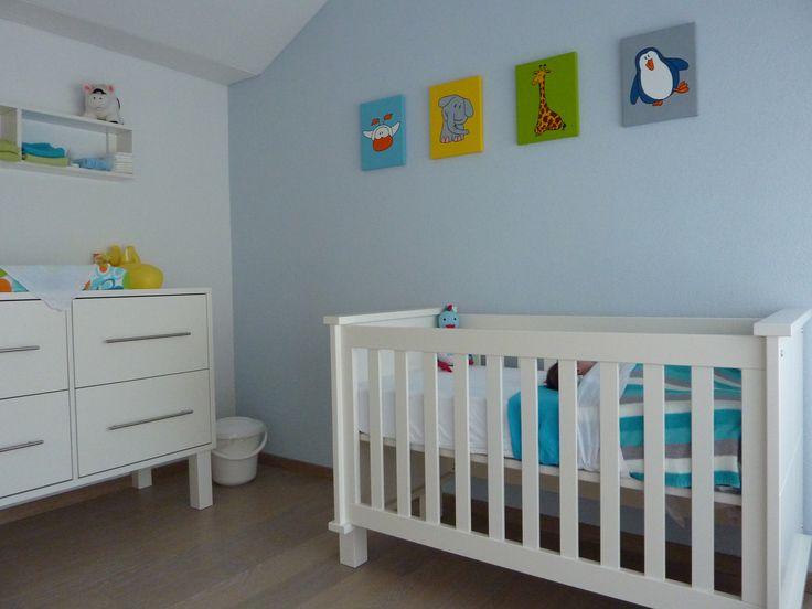 Op een rustige achtergrondkleur kun je prima 4 kleurige schilderijen hangen, mits de rest van de meubels rustig van kleur is. Hier is het een perfect geheel met het witte ledikant en commode.