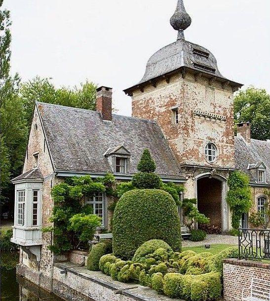 """6,359 Me gusta, 127 comentarios - Life&Decor (@lifeanddecor) en Instagram: """"La entrada de Gravenwezel, un castillo a las afueras de Amberes propiedad de Axel Vervoordt.…"""""""