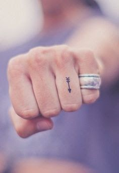 Seta simples desenho de tatuagem no Dedo anelar