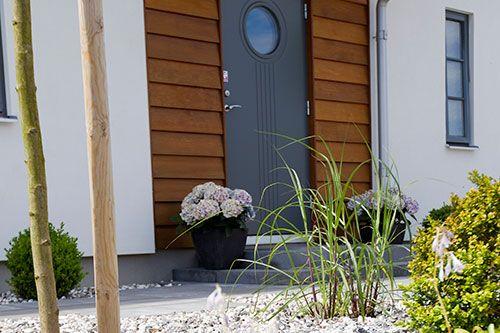 Ligg. bred fjällpanel - oljat cederträ. Fin, smal foder vid sidan av dörren.  (Rekommenderar ej dörren)