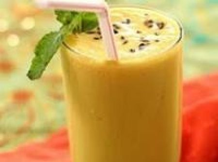 Receita de Batida de maracujá - 1 Lata de leite condensado, a mesma medida da lata de vodca ou pinga, a mesma medida da lata de suco de maracujá concentrado, 1 fôrma de gelo picado