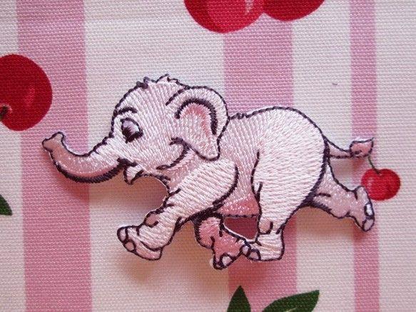 フランス ゾウのアップリケ ベビーピンクです。目がくりくりした淡いピンク色のぞうさんのワッペン。ゾウのアップリケをおさがしのかた、フランスのアップリケがお好き...|ハンドメイド、手作り、手仕事品の通販・販売・購入ならCreema。