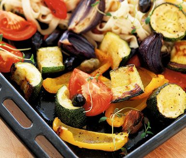 Fullkornspasta serveras här med grillade grönsaker. Smakerna av paprika, squash och tomat blir utomordentliga då de grillas i ugn och får sällskap av olivolja och vitlök. Färggrant och smakrikt!