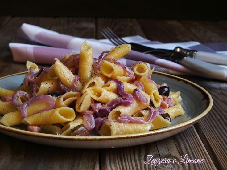 Questi garganelli con cipolle di Tropea sono un primo piatto ricco, saporito e gustoso. Inoltre si tratta di una ricetta facile da realizzare