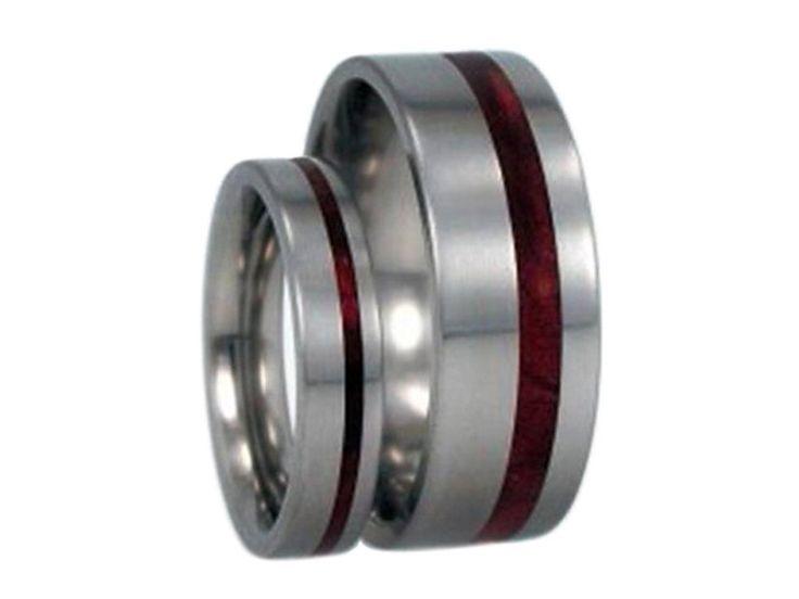 Houten trouwringen Titanium ringen ingelegd met door jewelrybyjohan