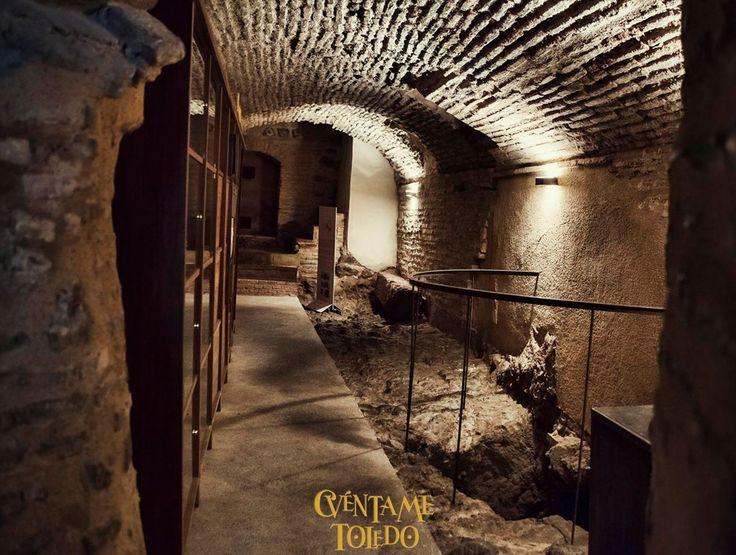 """¿Sabías que hay un túnel que llega desde la Catedral hasta el río Tajo?. Conoce curiosidades como éstas acompáñanos de Lunes a Domingo, a las 18:00 en nuestra ruta """"Subterráneos"""". + Info y Reservas: https://www.cuentametoledo.com/rutas-por-toledo/subterraneos …  / +34 608 935 856 #descubretoledo #LetsGuide"""