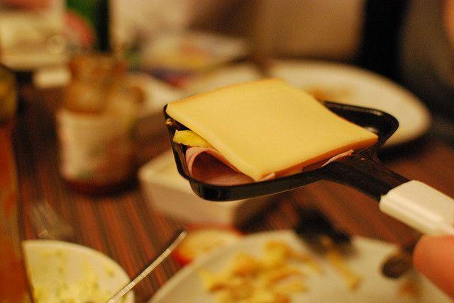 Une raclette OUI ! Mais quelle quantité de fromage par personne faut-il se procurer ? #fromage #raclette #portion #party